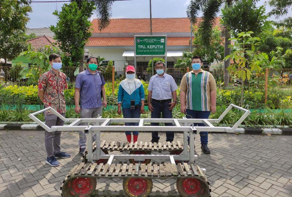 Troli peti jenazah korban Covid-19 karya UK Petra Surabaya disumbangkan kepada petugas pemakaman TPU Keputih