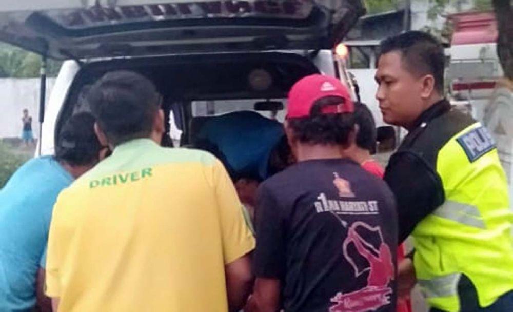 Petugas menolong kernet Truk Pertamina yang terluka akibat kecelakaan di Jombang