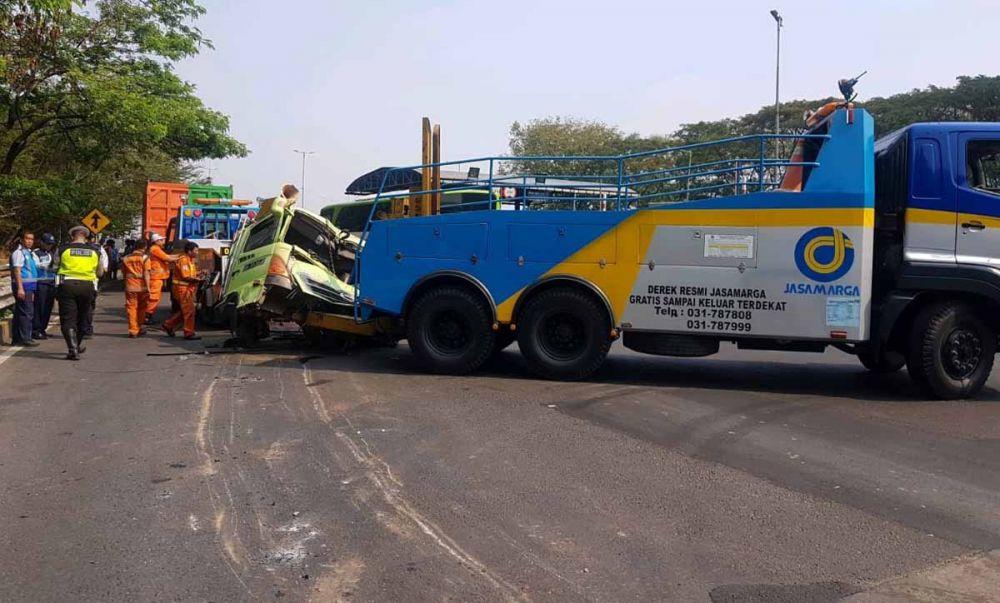Evakuasi kendaraan yang terlibat kecelakaan
