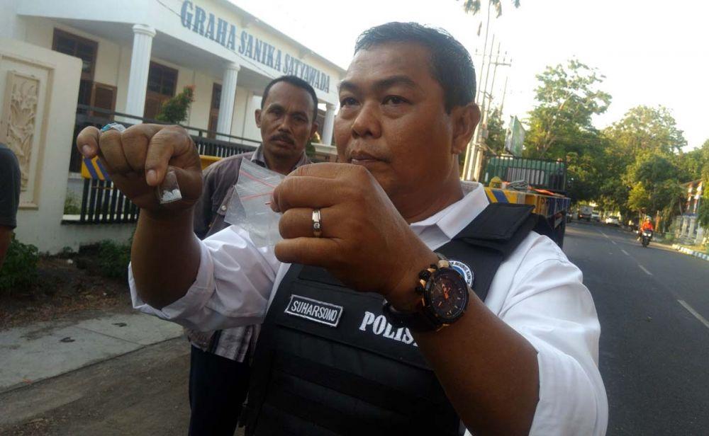 Kasatreskoba Polres Probolinggo Kota AKP Suharsono menunjukkan paket sabu yang ditemukan pada sasis truk trailer