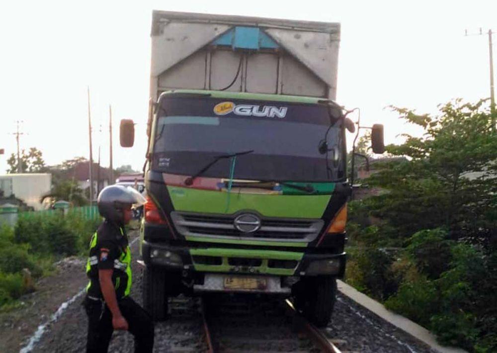 Truk tronton saat berada di jalur rel kereta api
