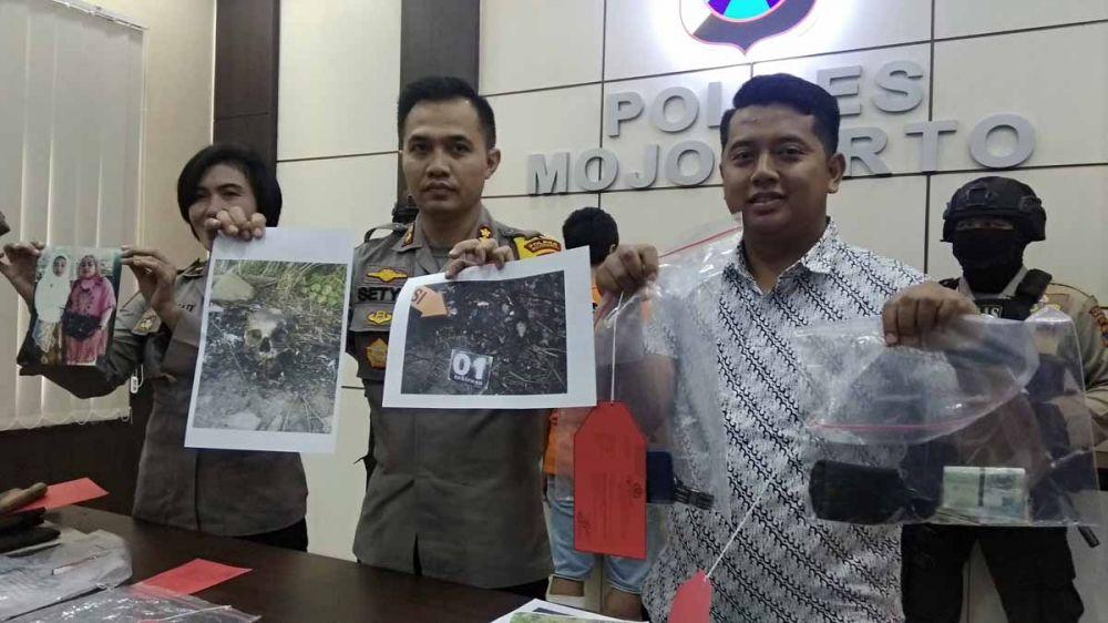 Kapolres Mojokerto AKBP Setyo Koes Heriyanto (tengah) dan Kasatreskrim AKP MS Ferry menunjukkan dua pelaku dan barang bukti