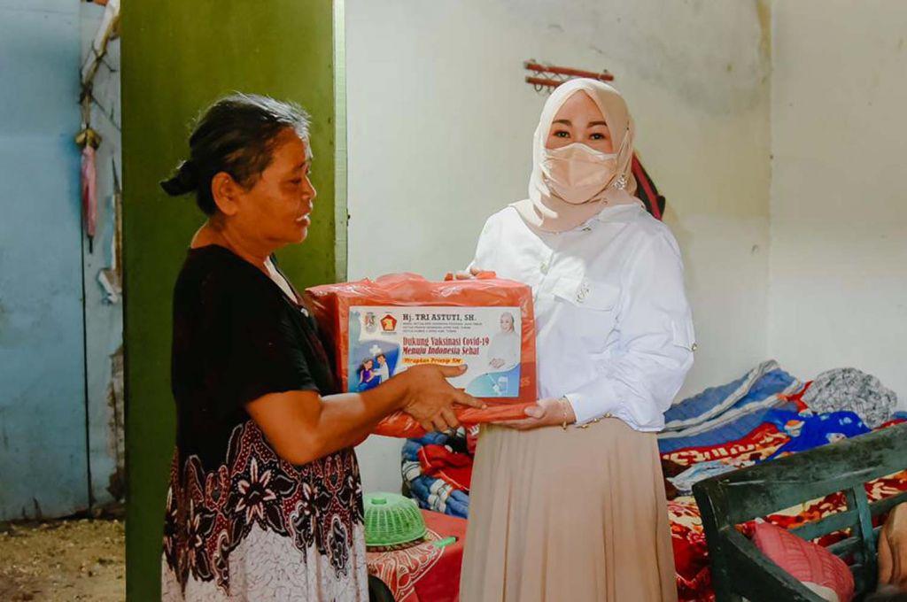 URLC Gerindra Jatim juga membagikan paket sembako di Tuban