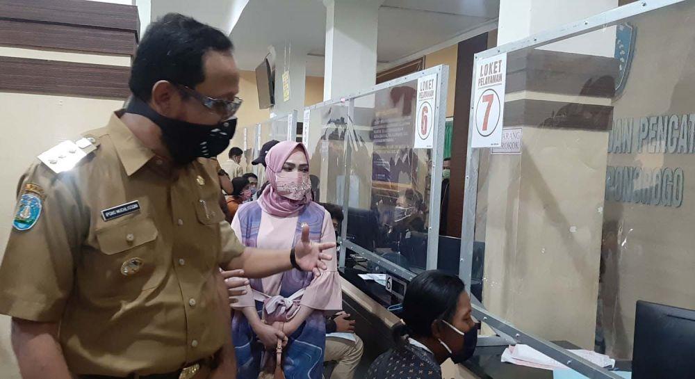 Bupati Ipong saat mengecek uji coba penerapan new normal di kantor pelayanan publik Ponorogo