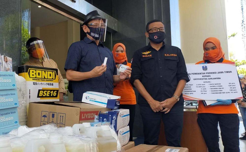 Rektor Unair Prof Nasih saat menerima bantuan rapid test kit dari BPBD Provinsi Jatim untuk kebutuhan peserta UTBK SBMPTN 2020