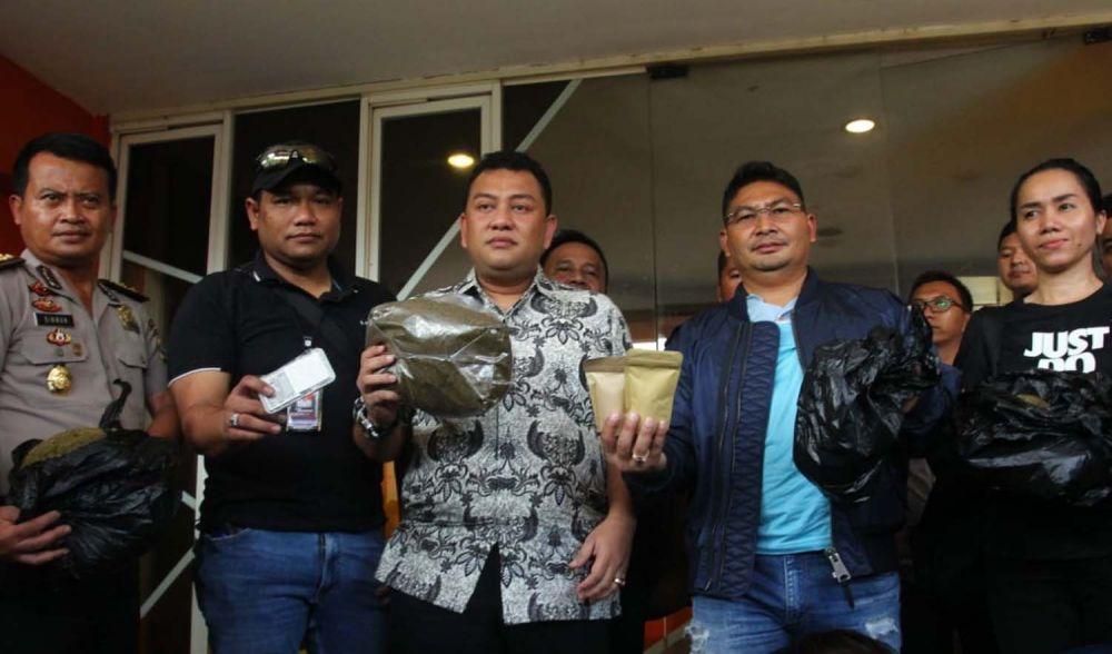 Petugas menunjukkan kemasan ganja sintetis siap edar yang diproduksi di Surabaya