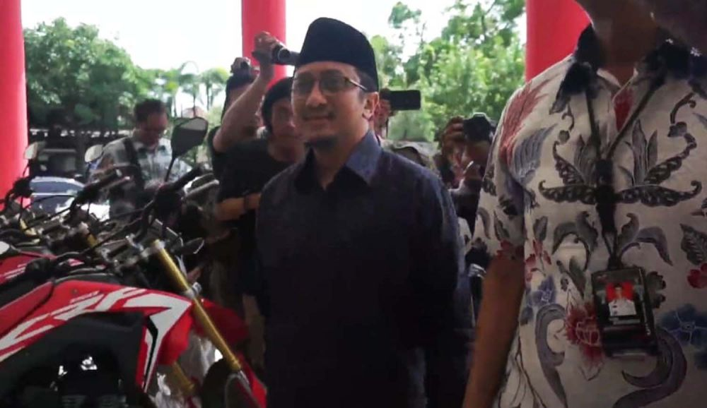 Ustaz Yusuf Mansur saat tiba di Gedung Anindita Polrestabes Surabaya