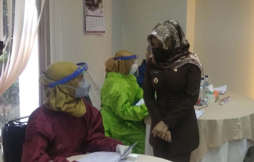 Bupati Mojokerto Ikfina Fahmawati meninjau vaksinasi pekerja pabrik di PT Roman Ceramic International
