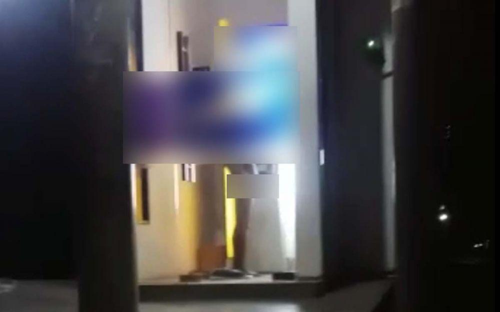 Tangkapan layar video pria onani di bilik ATM yang beredar