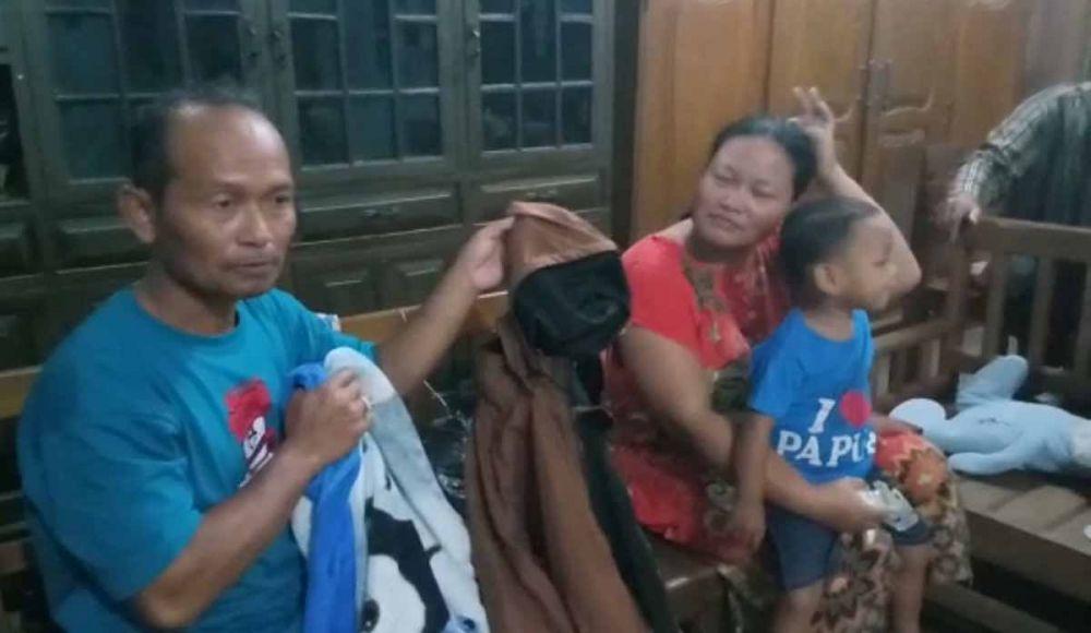 Keluarga korban banjir yang diselamatkan secara dramatis oleh dua keluarga penolong di tepi Jalan Tol Ngawi-Kertosono