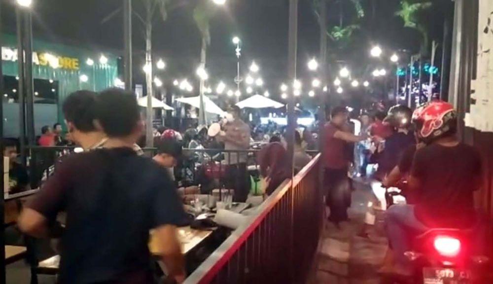 Tangkapan layar video viral pengujung kafe di Wiyung, Surabaya diminta bubar oleh polisi