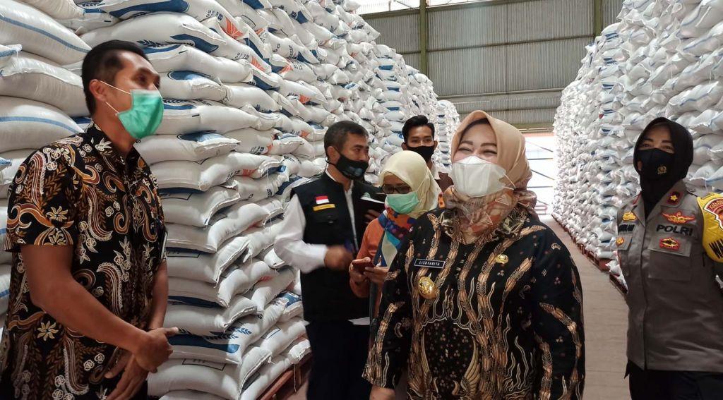 Wabup Ponorogo Lisdyarita mengecek ketersediaan beras di Gudang Bulog Desa Ngrupit, Kecamatan Jenangan