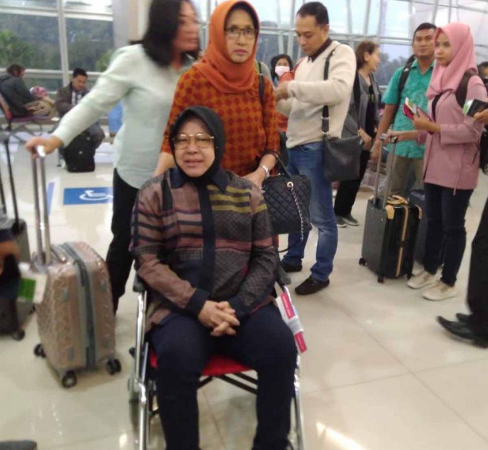 Wali Kota Risma di Bandara Internasional Juanda sebelum bertolak ke Singapura