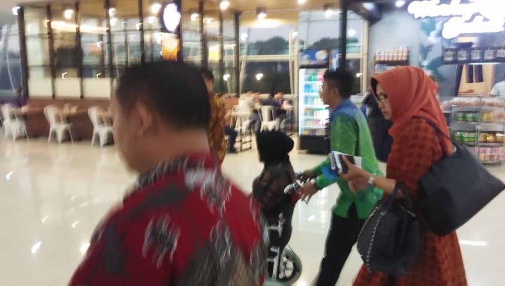 Wali Kota Risma didorong petugas Bandara Juanda menuju pesawat