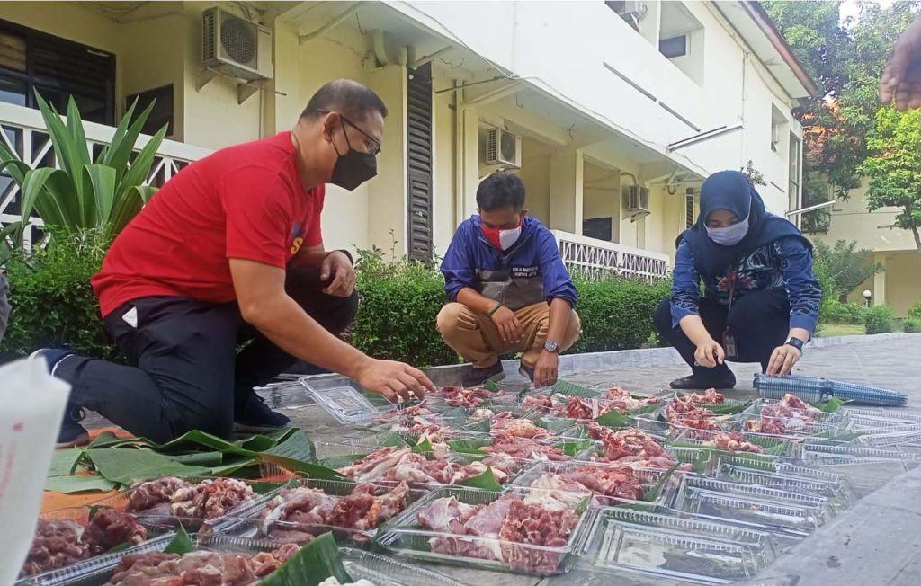 Penyembelihan tiga ekor kambing kurban berlangsung di halaman belakang Kantor BPSDM Pemprov Jatim di Surabaya pada Jumat (23/7/2021)
