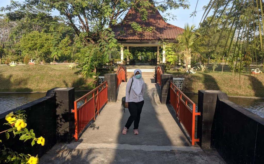 Pengunjung berfoto di Wengker Park Ponorogo