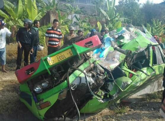Mobil Isuzu ELF yang remuk usai diterjang Kereta Api Maharani jurusan Surabaya-Semarang