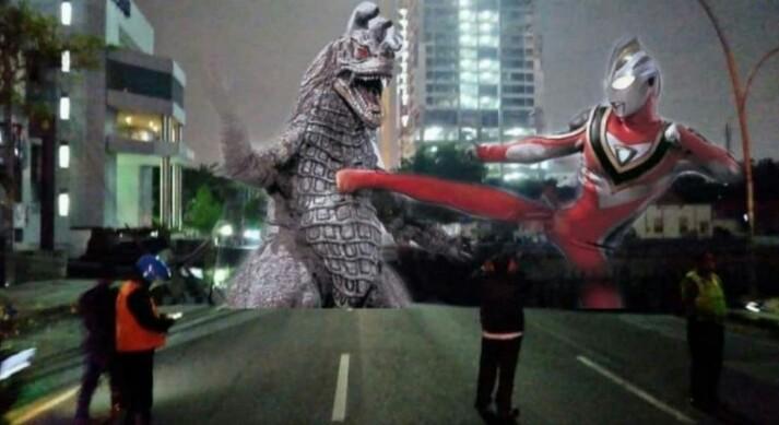 Meme Ultraman Bertarung Di Raya Gubeng Ambles Beredar