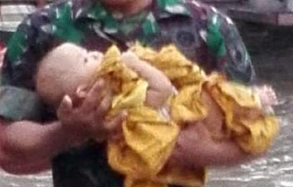 Evakuasi bayi korban banjir di Madiun