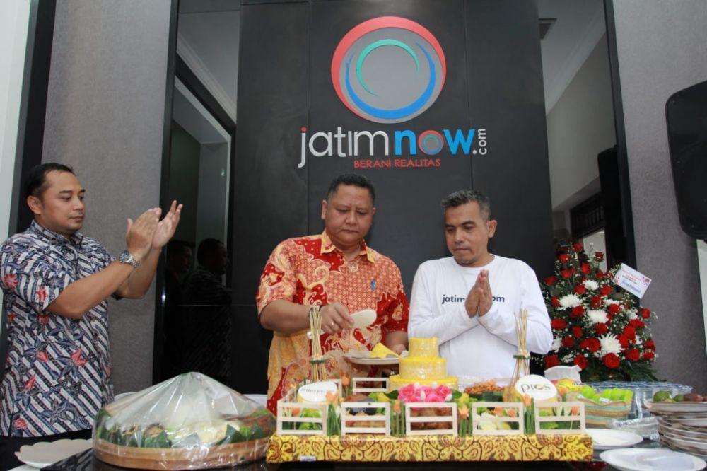 Eri Cahyadi bersama Wawali Surabaya Whisnu Sakti Buana saat di kantor jatimnow.com merayakan ulang tahun 1 pada 1 Maret 2019/ Fajar Mujianto jatimnow.com