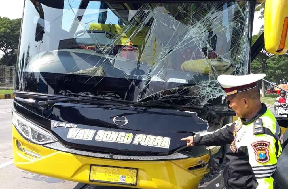 Bus rombongan wisata yang menabrak pintu gerbang Jembatan Suromadu