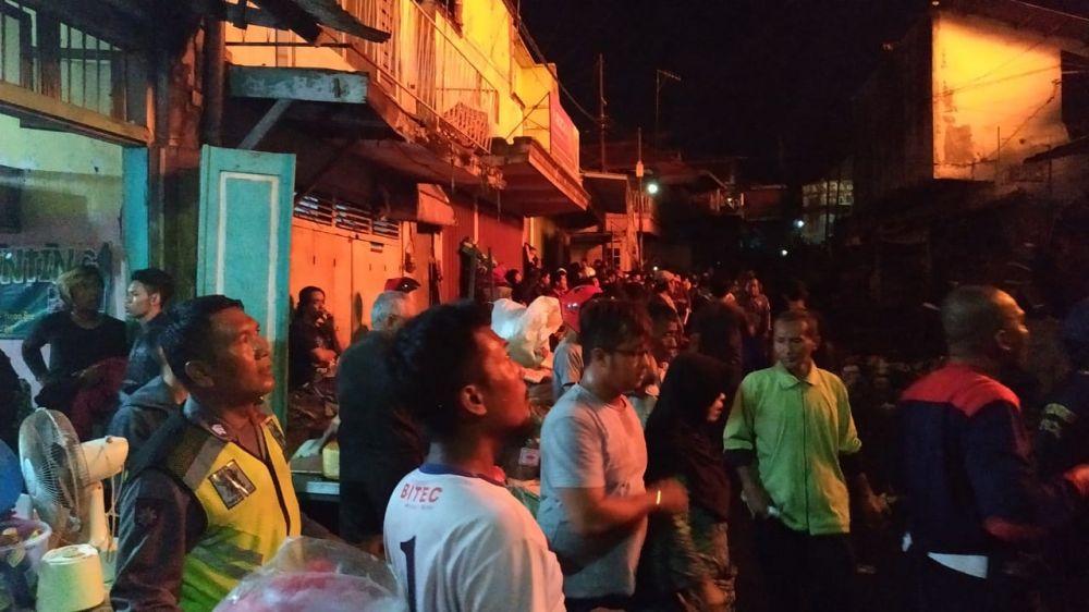 Pedagang dan warga melihat Pasar lawang yang terbakar