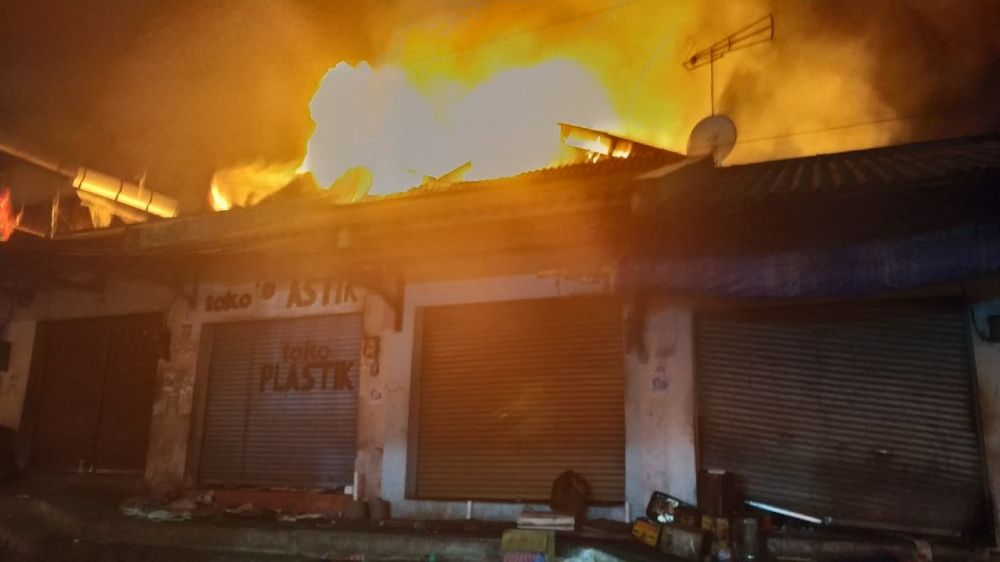 Api dengan cepat membesar di Pasar Lawang