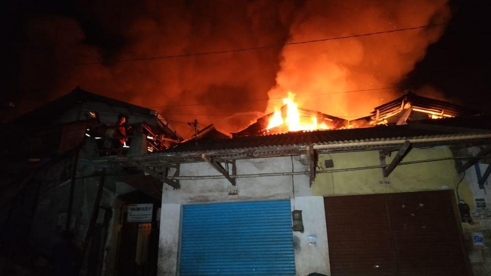 Api dengan cepat membakar Pasar Lawang