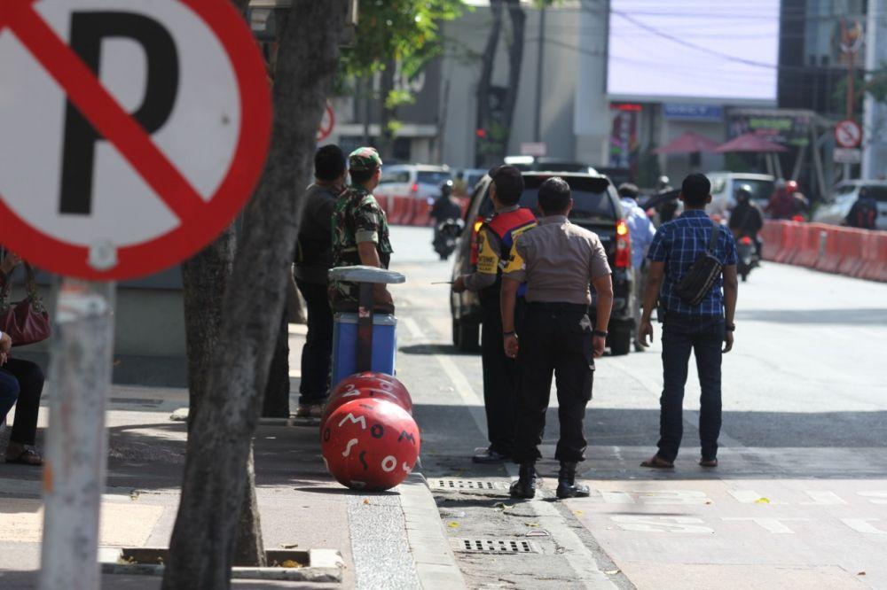 Lega...Polisi dan TNI menghela nafas setelah mendorong mobil mogok di Jalan Basuki Rahmat Surabaya