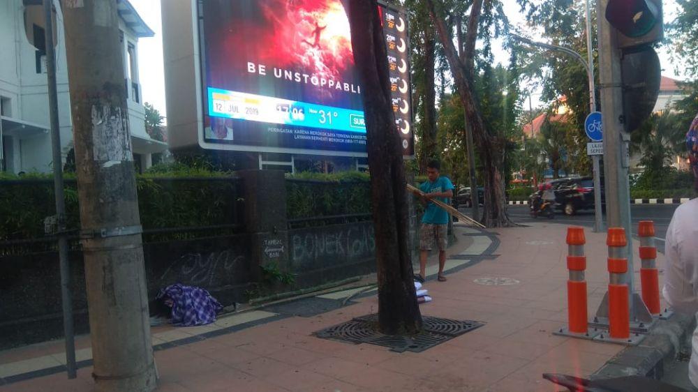 Dua orang yang mencopot baliho milik Mufti Anam di Surabaya