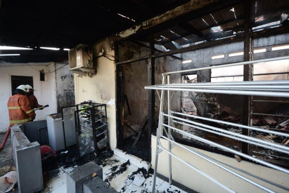 Api menghanguskan isi Asrama Polisi Tandes yang terbakar