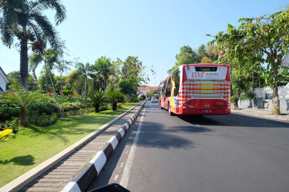 Bus Suroboyo siap mengantar para penumpang sesuai dengan rute yang ditentukan