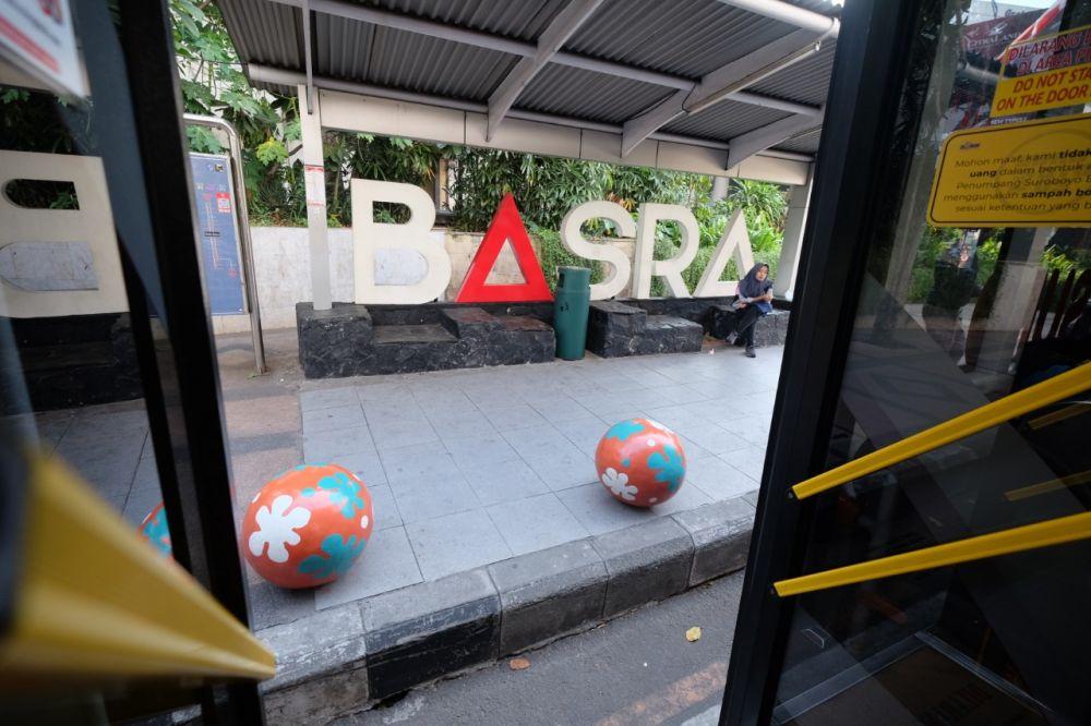 Bus Suroboyo hendak menaikkan penumpang di Halte Jalan Basuki Rahmat
