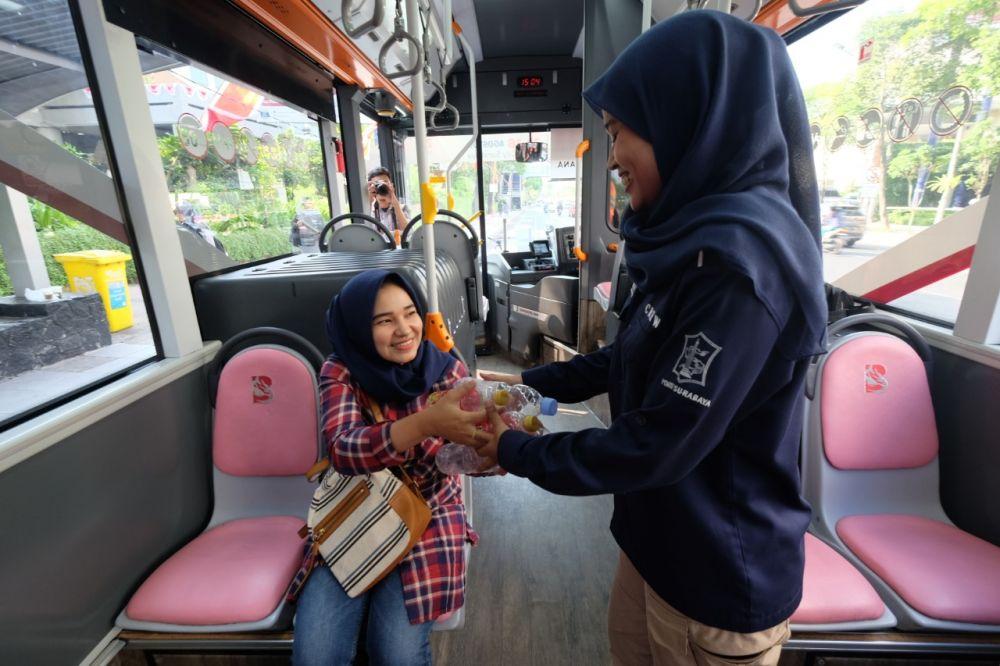 Hanya dengan botol air mineral bekas, penumpang bisa naik Bus Suroboyo
