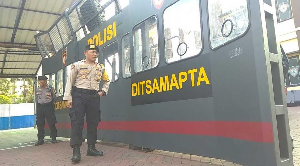 Kasat Sabhara Polrestabes Surabaya Kompol Oki Ahadian Purwono memperlihatkan Rantis, 'robot' penghalau massa