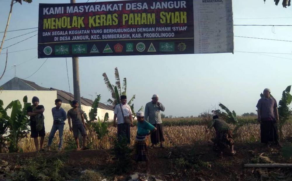 Warga Desa Jangur, Kecamatan Sumberasih, Kabupaten Probolinggo memasang banner penolakan terhadap paham syiah di daerahnya