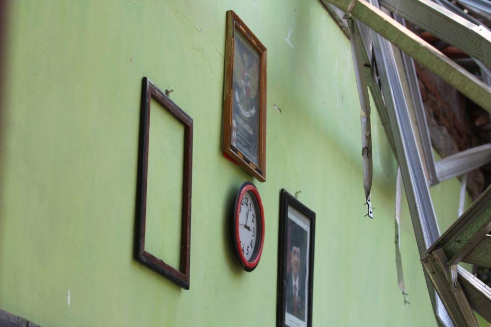 Foto mantan Wakil Presiden Jusuf Kalla masih terpampang di tembok ruang kelas yang atapnya ambruk di SDN Gentong