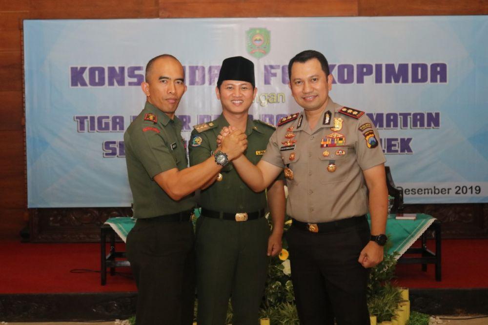 Bupati Nur Arifin (tengah) bersama Komandan Kodim 0806 Trenggalek Letkol Inv. Dodik Novianto dan Kapolres Trenggalek AKBP Jean Calvijn Simanjuntak