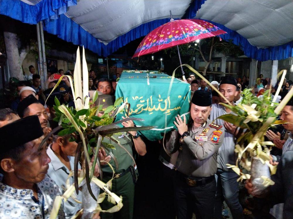 Kapolres Trenggalek AKBP Jean Calvijn Simanjutak saat mengikuti prosesi pemakaman TKI yang tewas dibunuh di Malaysia
