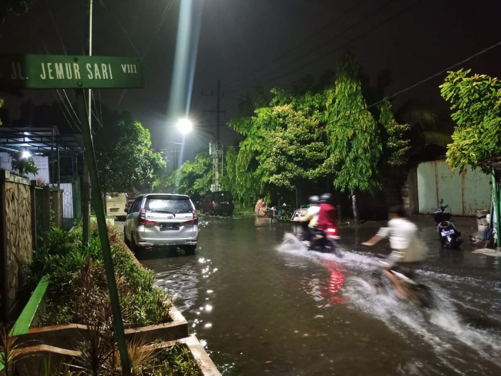 Kampung Gubernur Jatim Khofifah Indar Parawansa di Jalan Jemursari VIII, Wonocolo, Surabaya, juga banjir