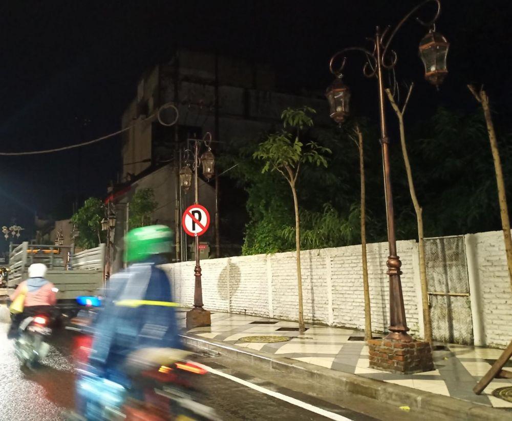Lampu berkarakter tempo dulu yang dipasang di Jalan Karet, Surabaya, tidak menyala