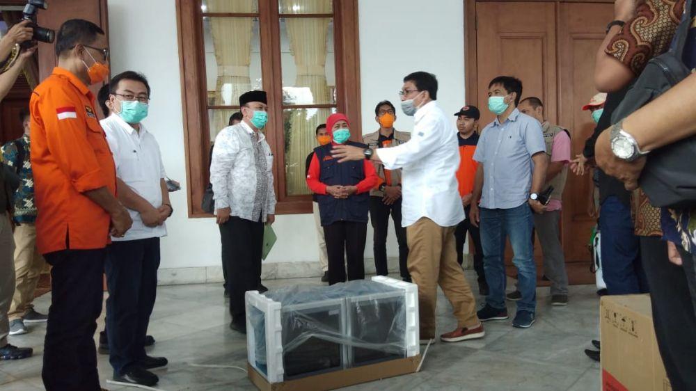 Calon Wali Kota Surabaya Machfud Arifin menyerahkan APD, alat semprot disinfektan, lemari sterilisasi dan disinfektan kepada Gubernur Jatim Khofifah Indar Parawansa