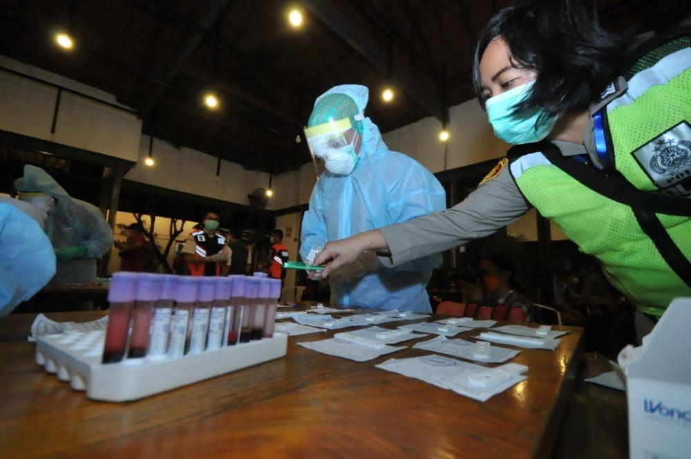 Pengunjung di Caffe Rolag, Jalan Khairil Anwar, Surabaya satu per satu menjalani rapid test
