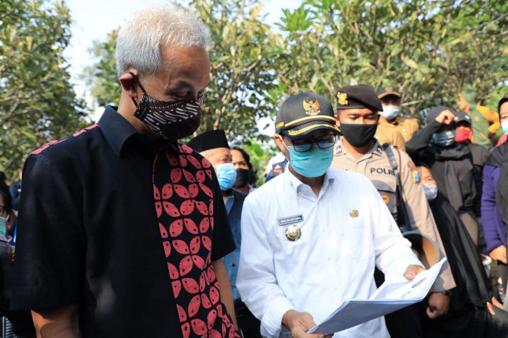 Gubernur Jateng Ganjar Pranowo bersama Bupati Ngawi Budi Sulistyono saat pemakaman Didi Kempot (Foto: @RadioElshinta)