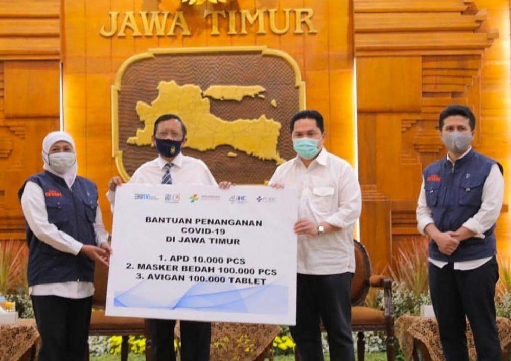 Menkopolhukam Mahfud MD dan Menteri BUMN Erick Thohir saat menyerahkan bantuan kepada Gubernur Jatim Khofifah di Gedung Negara Grahadi