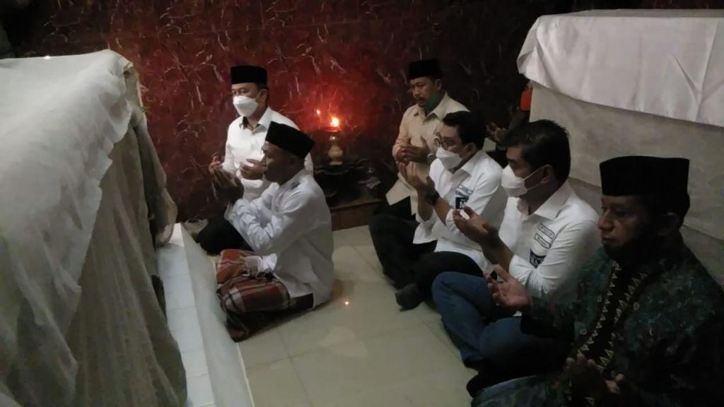 Paslon nomor urut 2, Machfud Arifin-Mujiaman berziarah di makam Raden Sawunggaling, Surabaya