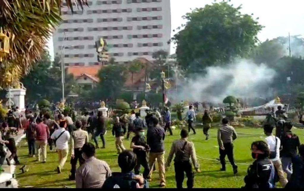 Kericuhan dan bentrokan di Gedung Negara Grahadi, Surabaya