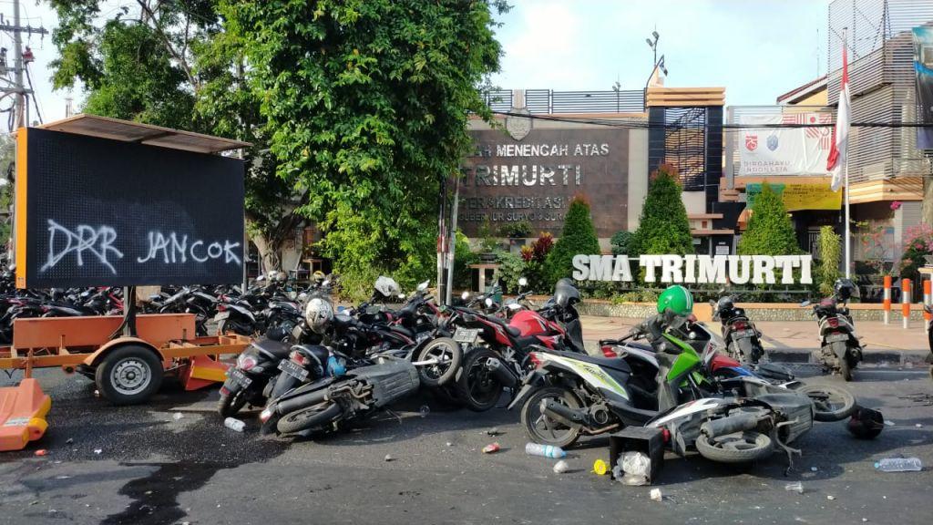 Sejumlah motor yang dirusah pendemo di sekitar Gedung Negara Grahadi, Surabaya