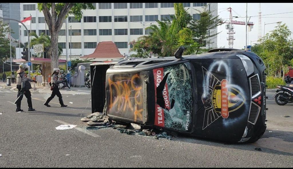 Mobil Tim Resmob Jogoboyo Polda Jatim yang dirusak pendemo tolak Omnibus Law di Surabaya