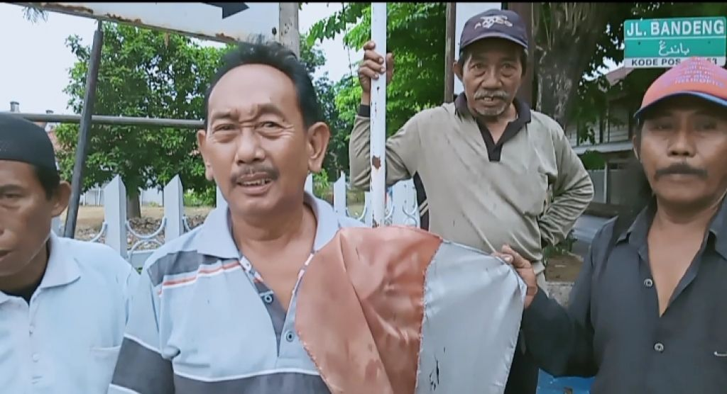 Para tukang becak di Pasuruan yang patungan untuk mengganti bendera merah putih yang rusak